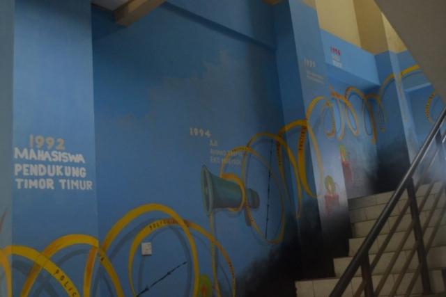 Naik ke lantai 2, kita masih akan bertemu dengan mural police line dan kawat berduri dan lilin yang melambangkan pengharapan. Para pemural juga masih melukiskan advokasi-advokasi yang telah dilakukan LBH.