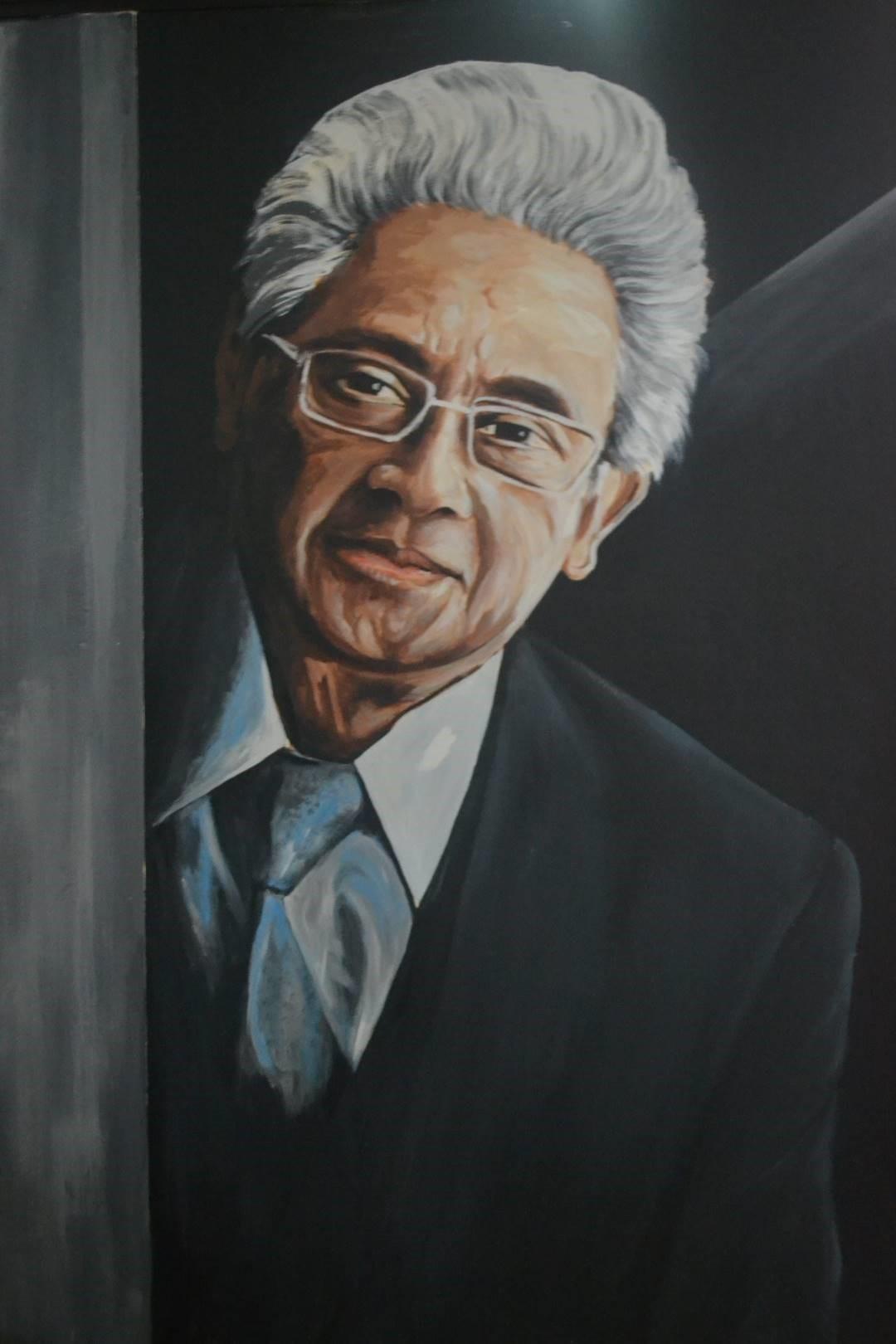 Di depan pintu masuk YLBHI terdapat mural salah satu pendiri LBH-YLBHI yaitu Prof. Dr. (lur) H. Adnan Buyung Nasution, S.H.